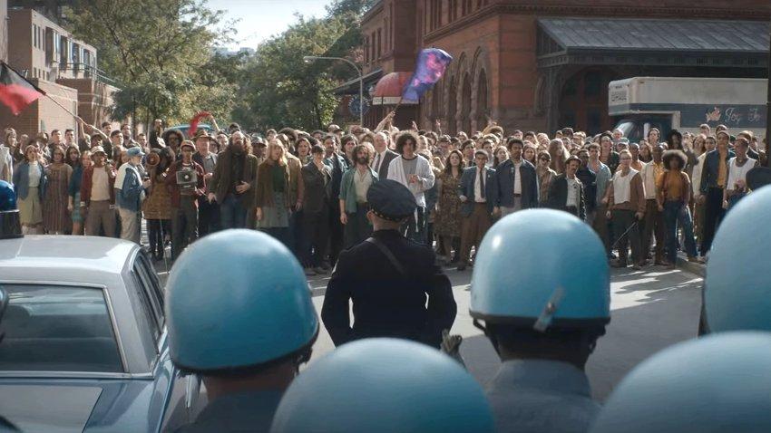Митингующие сталкиваются с полицией в трейлере фильма «Дело чикагской семерки»
