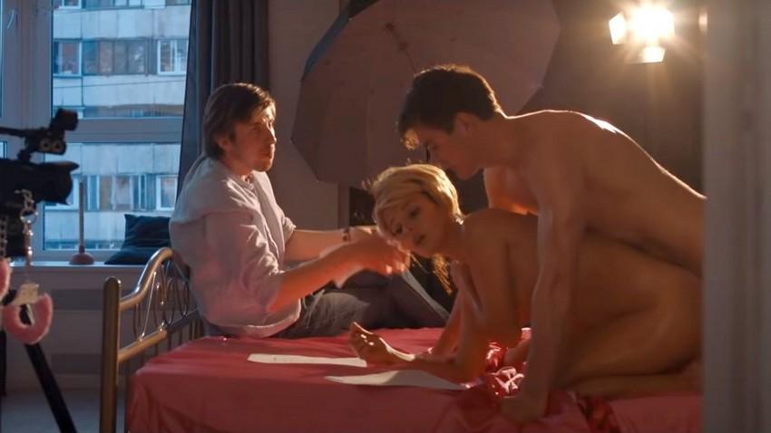 Режиссер добивается эмоций от порноактеров в трейлере русской комедии «Глубже»