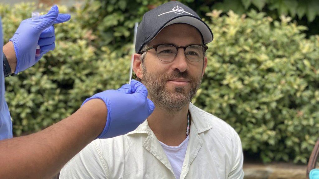 Райан Рейнольдс сообщил о возобновлении съемок комедийного боевика «Красное уведомление»
