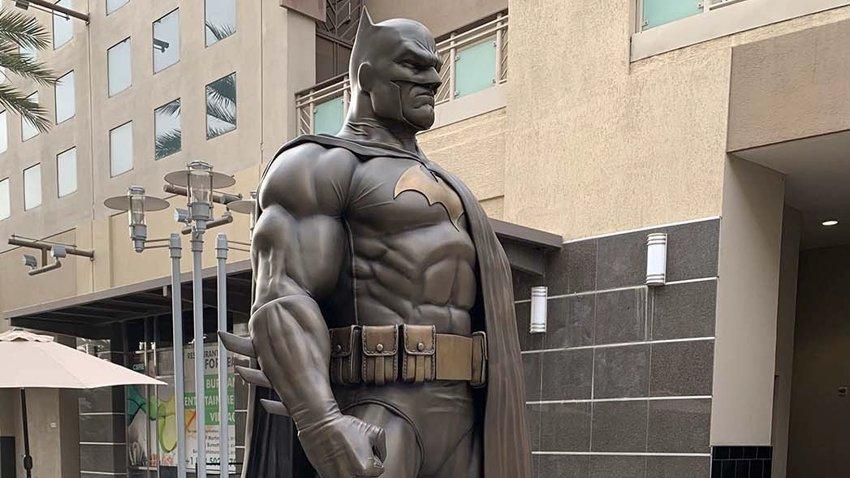 Двухметровый памятник Бэтмену установили на родине Warner Bros. и Disney