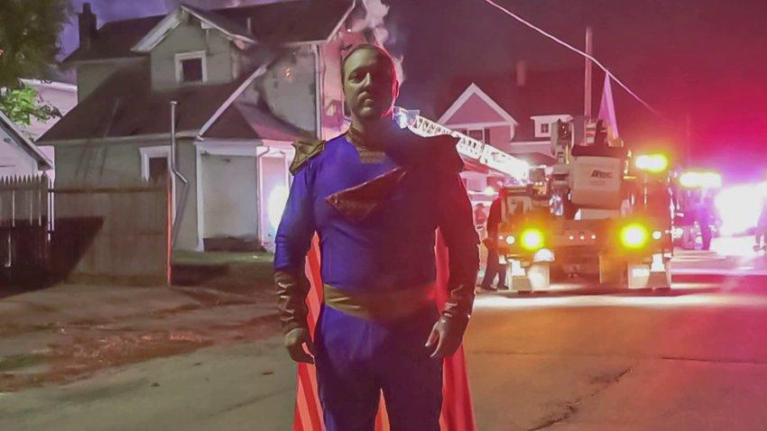 Одетый в костюм Патриота из «Пацанов» житель США, спас человека из пожара