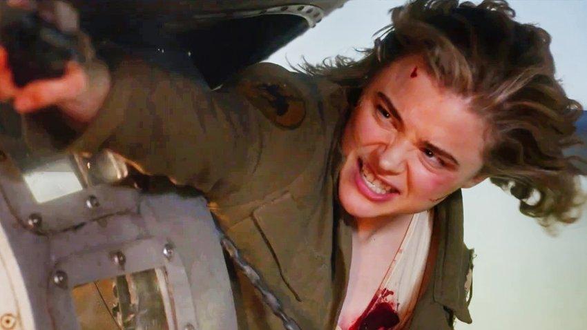 Хлоя Грейс Морец сражается с гремлином и авиацией в русском трейлере фильма «Воздушный бой»