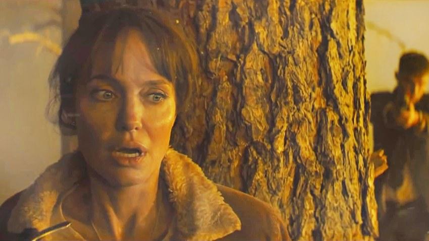 Анджелина Джоли спасает мальчика в русском трейлере «Те, кто желает мне смерти»