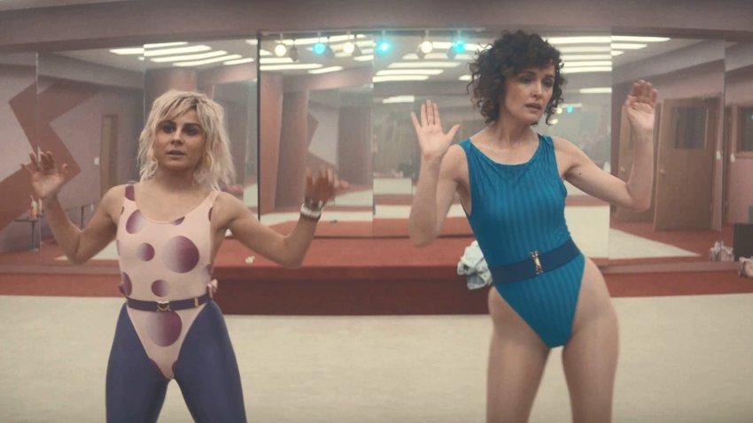 Роуз Бирн в спортивном купальнике переворачивает индустрию аэробики в трейлере сериала «Физкультура»
