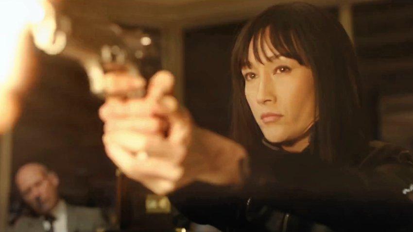 Мэгги Кью мстит Майклу Китону за убийство Сэмюэля Л. Джексона в трейлере «Кодекс киллера»