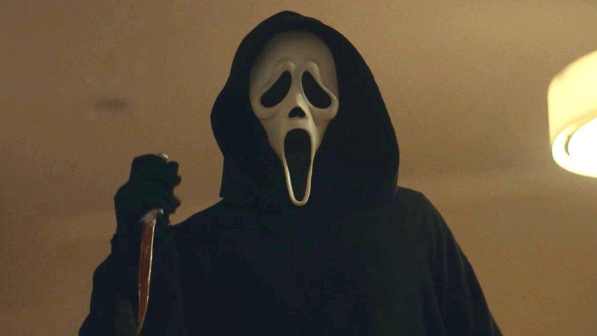 Маньяк в маске и с ножом возвращается в первом русском трейлере новой части «Крика»