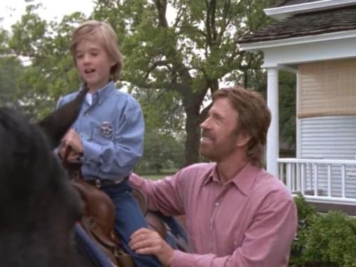 Хэйли Джоэл Осмент сыграл смертельно больного мальчика. Спойлер - в конце серии он умер. Очень трогательный эпизод. Чак почти заплакал.