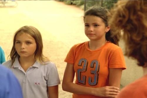 Селена Гомес (в оранжевой футболке).