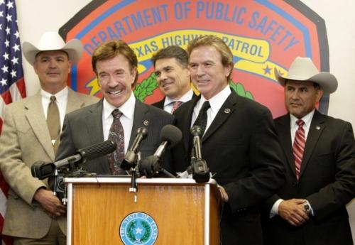 Чак Норрис и его Брат Аарон. Позади меду ними губернатор Техаса в 2010 году Рик Перри